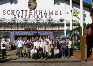Une photo de groupe devant l'entrée de la taverne