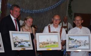 Remise de tableaux à nos amisreprésentant la Normandie : onfleur, Bayeux, Arromanches...