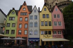 De belles maisons colorées dans le quartier de la Cathédrale.