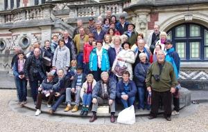 Une photo de groupe devant le Palais Bénédictine, d'inspiration gothique et Renaissance. Il est depuis plus d'un siècle le lieu unique d'élaboration de la liqueur Bénédictine.