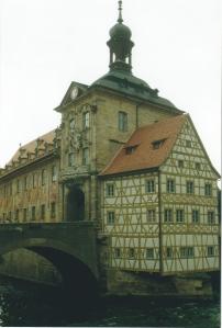 L'ancien Hôtel de Ville ! La bâtisse située au milieu de la rivière