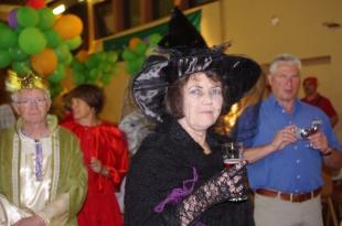 La méchante reine déguisée en sorcière le verre à la main !