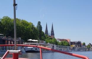 Au loin sur le Danube, nous découvrons la ville de Ratisbonne ! Fernhin auf Donau entdecken wir die Stadt von Regensburg!