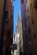 Au fond de la ruelle, la cathédrale gothique St Pierre ! Im Inneren der Gasse, der gotischen Kathedrale St Pierre! (DOM)