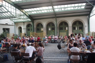 Le groupe franco-allemand en train de dîner Die französisch-deutsche zu Abend essende Gruppe