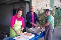 Samedi 14 septembre en matinée, l'équipe décortique 14kg de crevettes pour la plancha. Samstag, 14. September Vormittag, das Streetteam 14kg Crevetten für die Plancha.